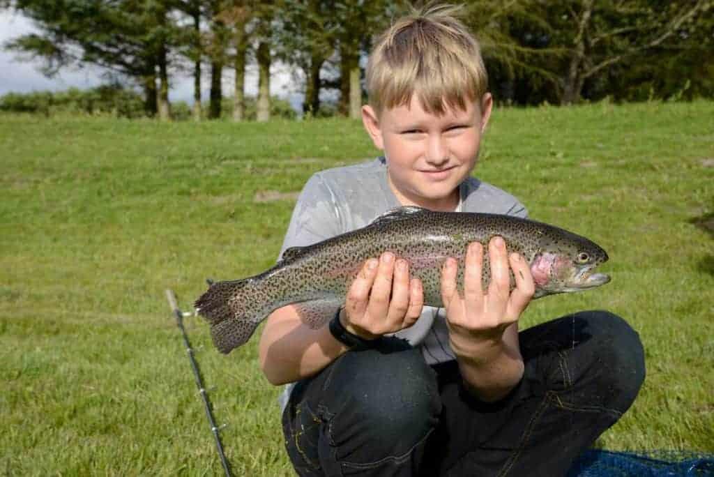 Dreng holder en fisk