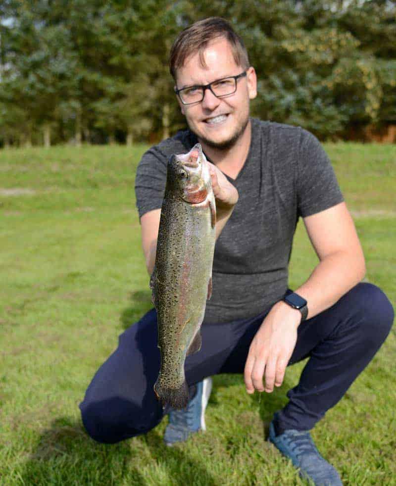 Dennis Hansen - holder en fisk