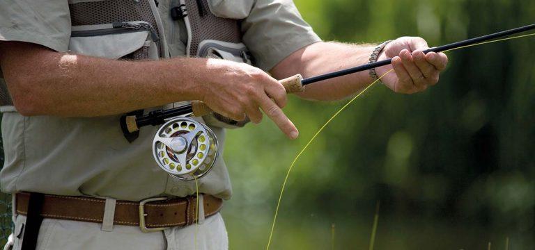 fisker med fluestang